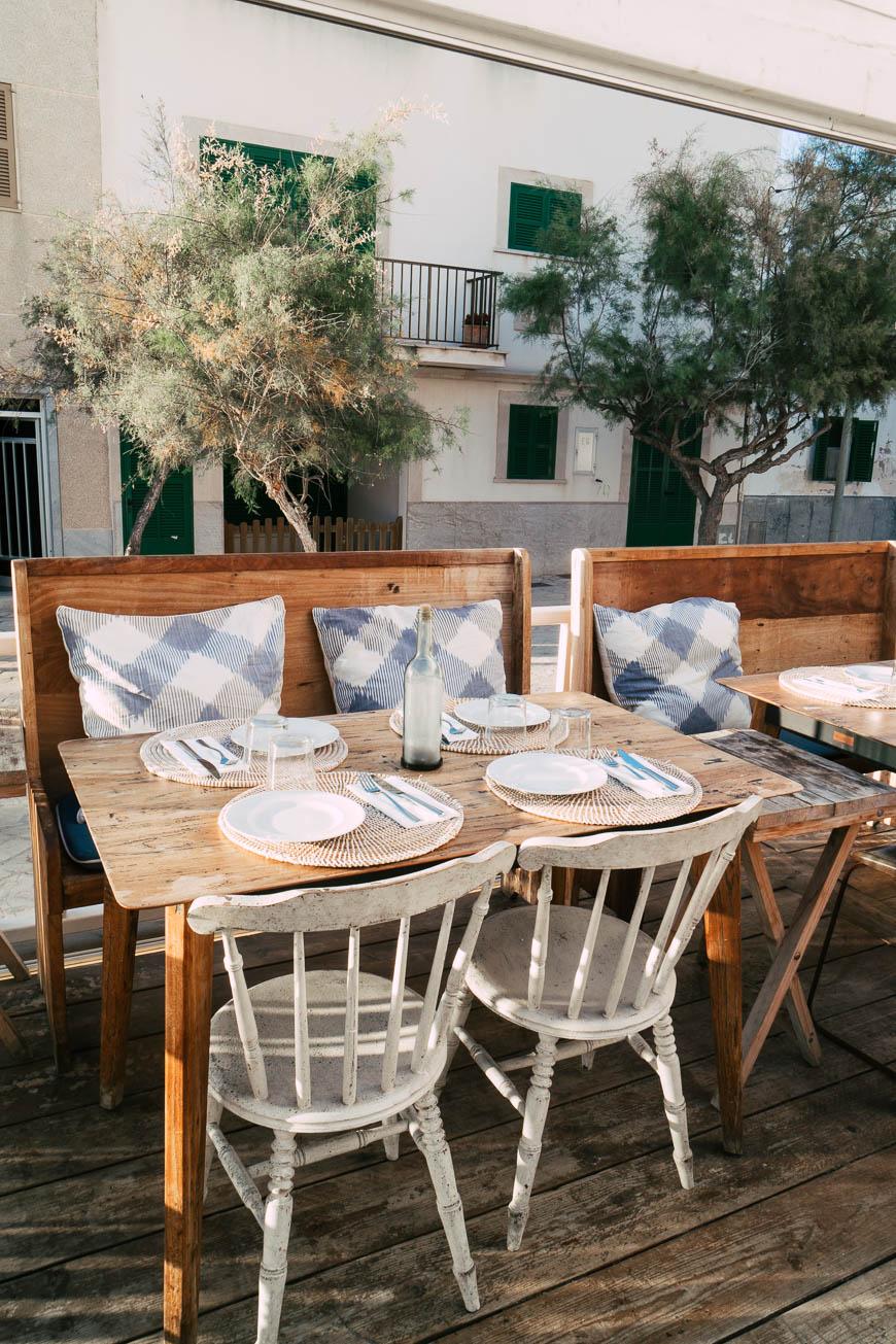 Im Strandrestaurant Cassai Beach House kann man bei leckerem Essen den Sonnenuntergang genießen.